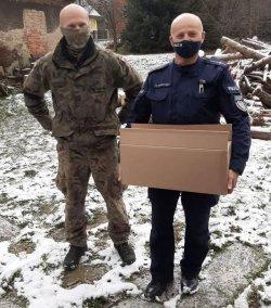 Na zdjęciu dzielnicowy z Komisariatu II Policji w Jeleniej Górze wspólnie z żołnierzem z Jednostki Wojskowej w Świętoszowie rozwozili paczki seniorom.